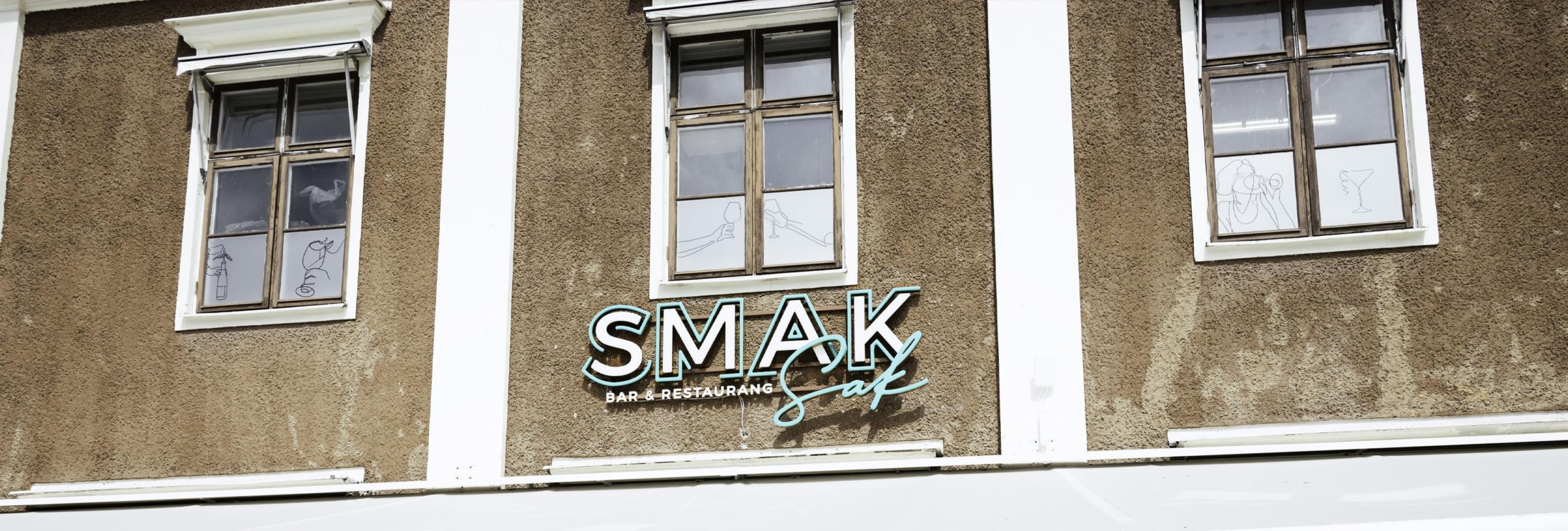 Skylt monterad hos SmakSak i Linköping